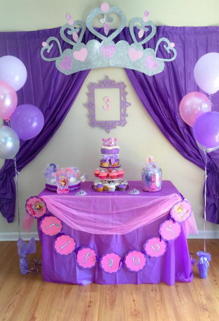 Decoração de festa infantil Princesa Sofia com toalha de mesa roxa