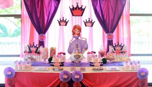 Decoração de festa infantil Princesa Sofia com coroas rosas