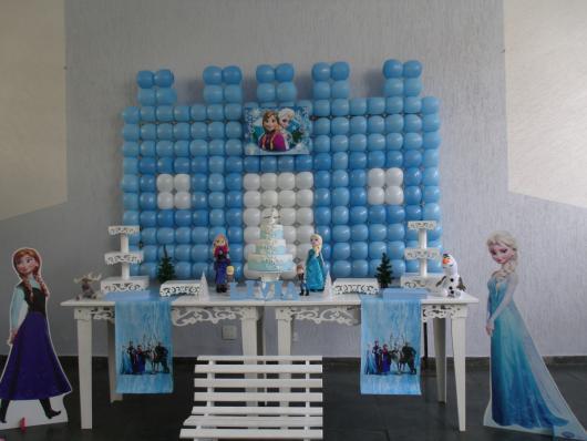 Decoração de festa infantil Frozen com painel de balões