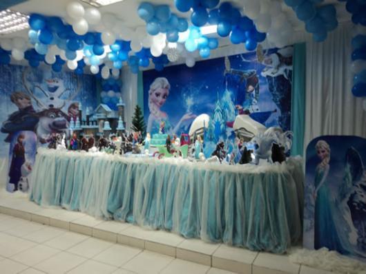 Decoração de festa infantil Frozen com balões no teto