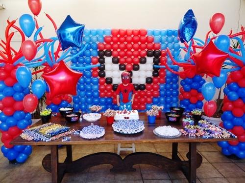 Decoração de festa infantil Homem-Aranha com painel de balões