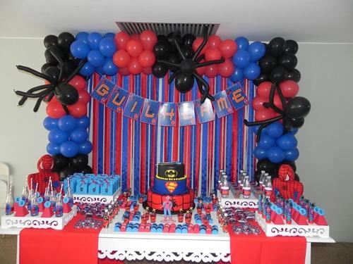 Decoração de festa infantil Homem-Aranha com arco de balões