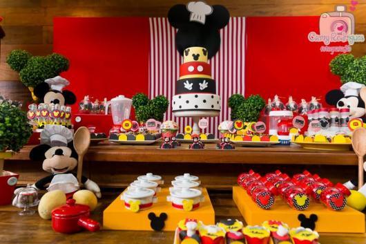 Decoração de festa infantil Mickey com bolo fake