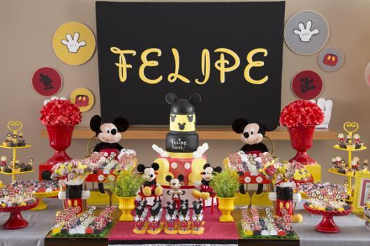 Decoração de festa infantil Mickey com painel preto