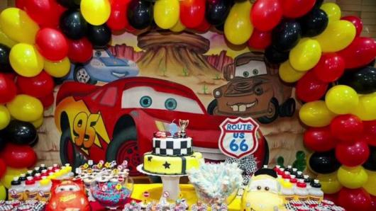 Decoração de festa infantil Carros com arco de balões
