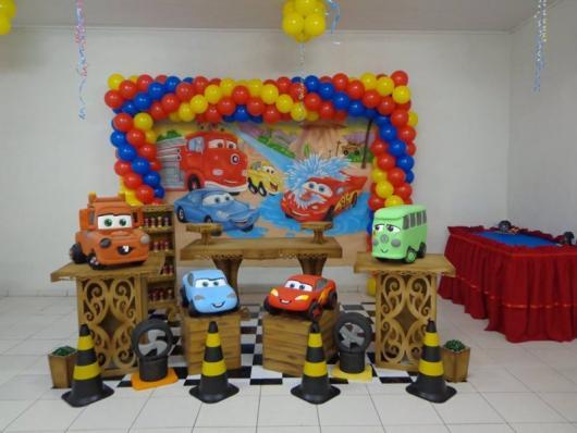 Decoração de festa infantil Carros com cones no chão