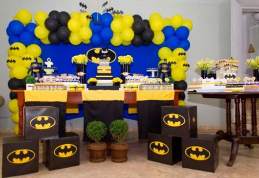 Decoração de festa infantil Batman com balões azuis