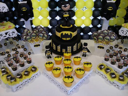 Decoração de festa infantil Batman com doces persoalizados