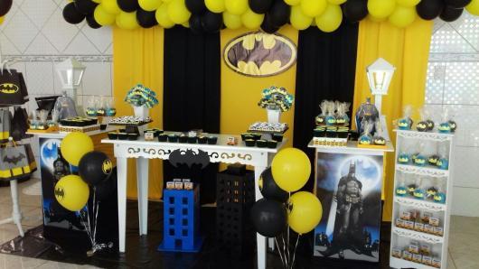 Decoração de festa infantil Batman com cortina amarela e preta