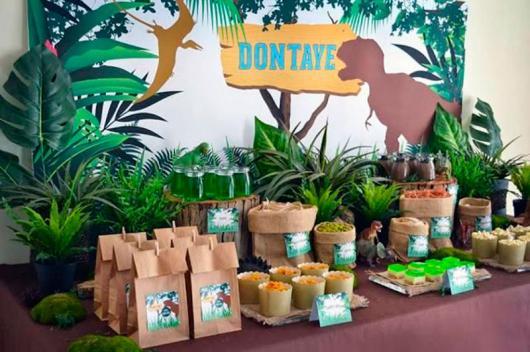 Decoração de festa infantil Dinossauro com painel personalizado