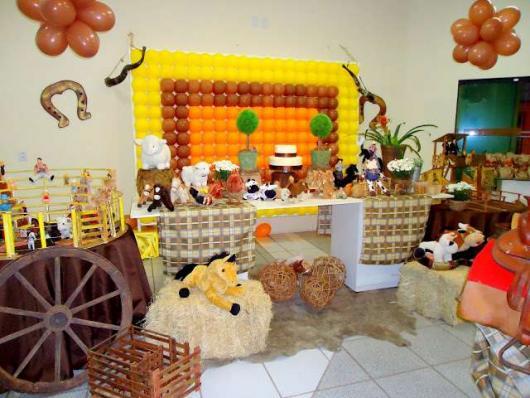 Decoração de festa infantil Fazendinha com painel de balões