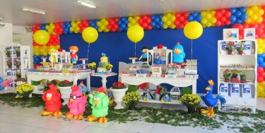 Decoração de festa infantil Galinha Pintadinha com folhas no chão