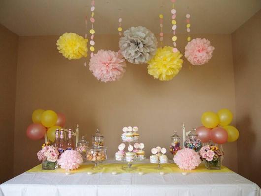 Decoração de festa infantil simples com flores de papel