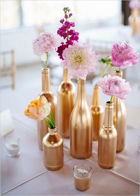 Enfeite de Mesa com garrafa de vidro pintada de dourado