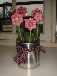Enfeite de Mesa com lata e flores de papel