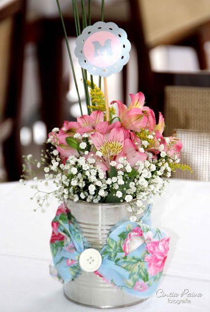 Enfeite de Mesa com lata e flores
