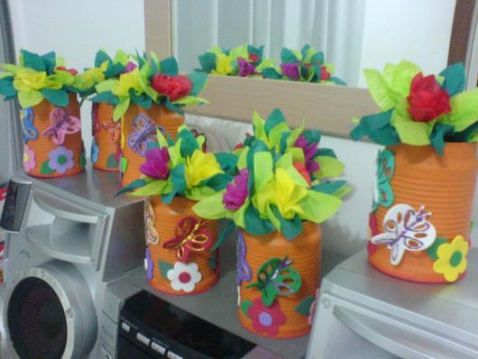 Enfeite de Mesa com lata e flores de papel crepom