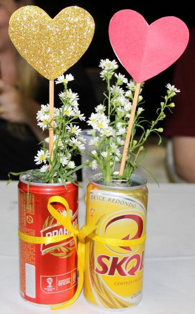 Enfeite de Mesa com lata de cerveja e corações no palito