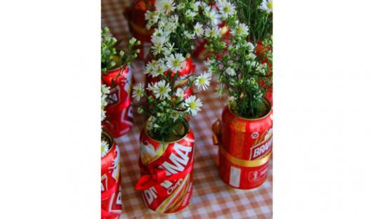 Enfeite de Mesa com lata de cerveja e flores