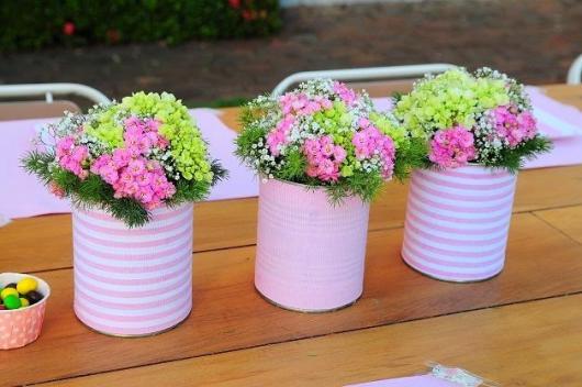 Enfeite de Mesa com lata envelopada com tecido rosa e flores