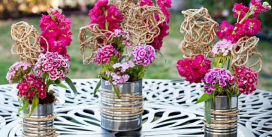 Enfeite de Mesa com lata e flores rosas