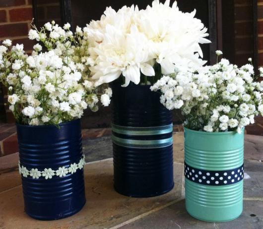 Enfeite de Mesa com lata pintada de preto e flores