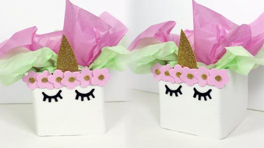 Enfeite de Mesa para Festa Unicórnio com caixa de leite e papel crepom