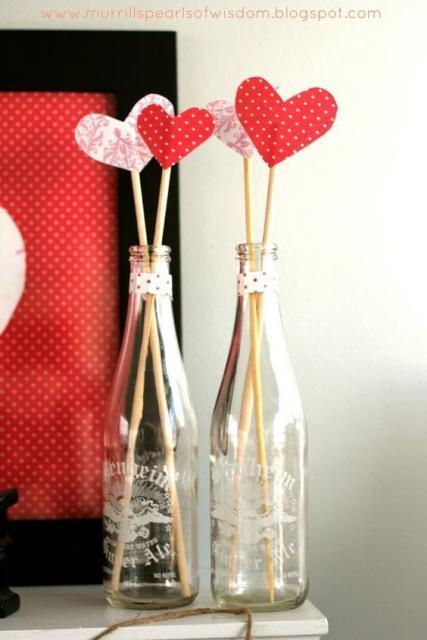Enfeite de Mesa com garrafa de vidro com corações