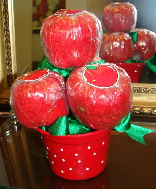 Enfeite de Mesa porta trecos com maçãs cheias de balas para Festa Branca de Neve