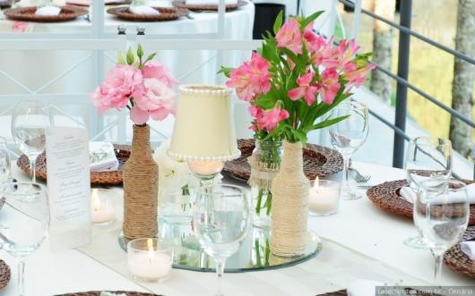 Enfeite de Mesa com garrafa e flores para casamento