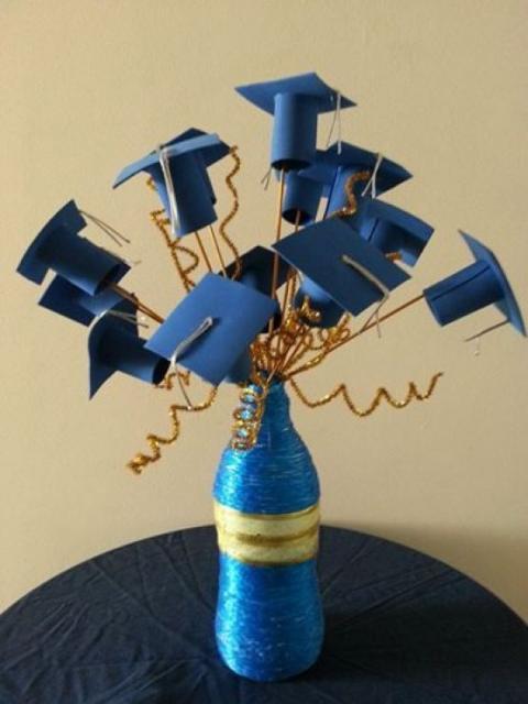 Enfeite de Mesa com garrafa e mini chapéus de formatura para colação de grau