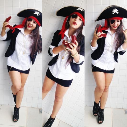 Fantasia de Halloween feminina de pirata improvisada