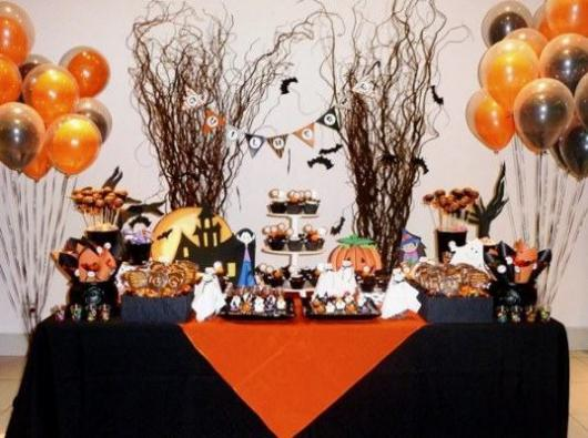 Festa de Halloween decoração com arranjos na mesa