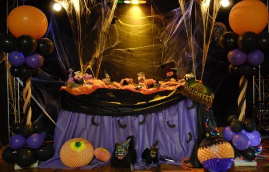 Festa de Halloween decoração com toalha de mesa roxa