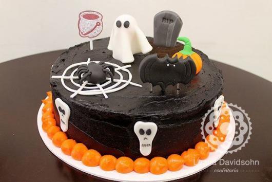 Festa de Halloween bolo redondo preto com aplique de pasta americana de fantasminha
