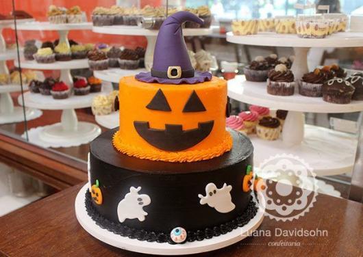 Festa de Halloween bolo fake decorado com fantasmas