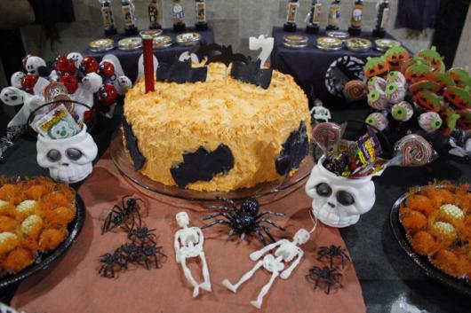 Festa de Halloween decoração com caveirinhas na mesa