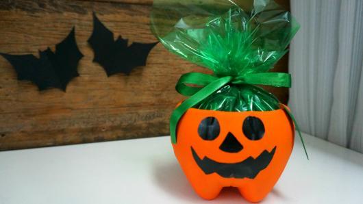 Festa de Halloween lembrancinha com garrafa pet