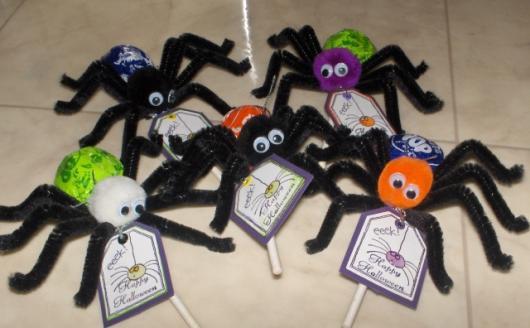 Festa de Halloween lembrancinha pirulito em aranha de pelúcia