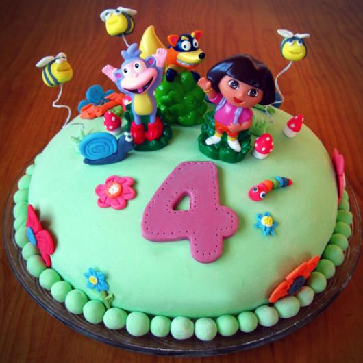 bolo festa dora aventureira com bonecos