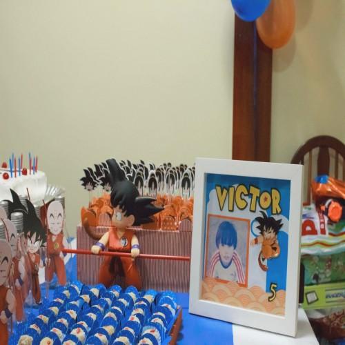 Além do bolo, a mesa pode ter docinhos, kit festa e ornamentos decorativos diversos