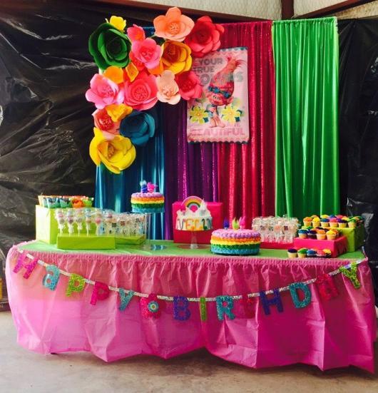 cortina colorida para decorar festa trolls
