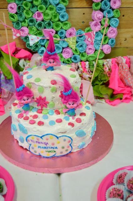 Você também pode por bonequinhos dos Trolls para decorar o bolo