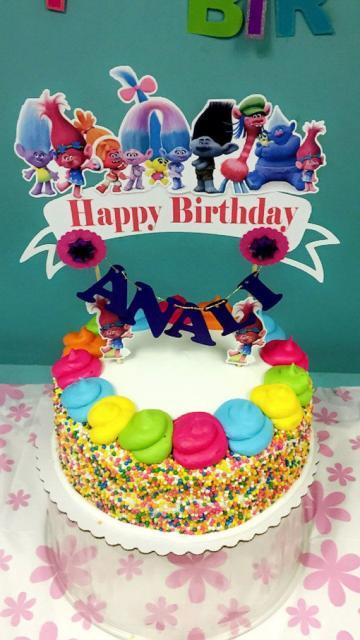 Bandeirinhas também podem decorar o bolo Trolls
