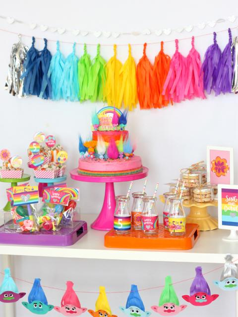 Dica simples de decoração com papel crepom colorido pra festa trolls