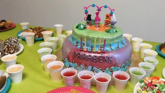 bolo com decoração metalizada Trolls