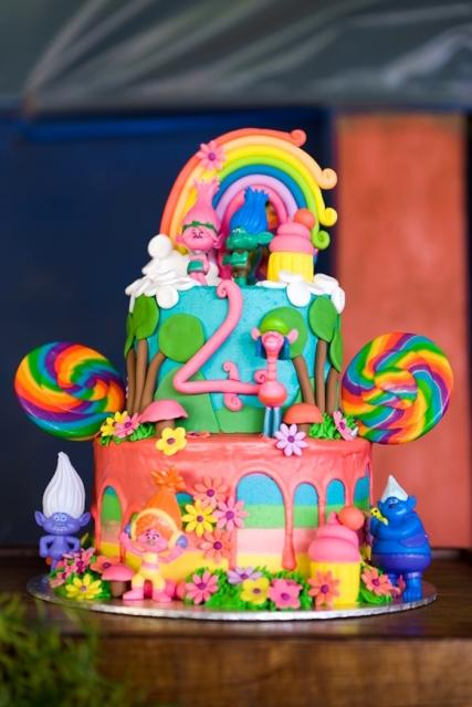 Ideia de bolo Trolls sofisticado com basta americana