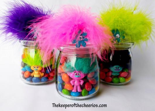 Pote de vidro com confetes e boneco Trolls