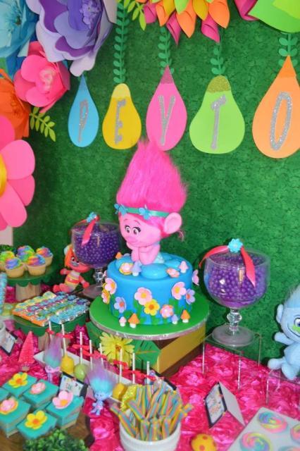 Veja inspirações de como decorar uma festa Trolls