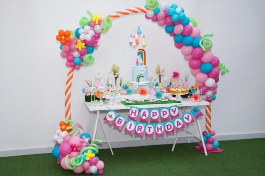 festa trolls decoração utilizando as cores do arco íris